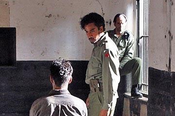 l'attore Naveen Andrews nell'episodio 'Solitudine' di Lost