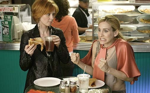 Sarah Jessica Parker e Cynthia Nixon in una scena di Sex and the City, episodio Sesso e crudité