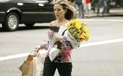 Sarah Jessica Parker è la columnist Carrie Bradshaw in una scena di Sex and the City, episodio Il diritto di scelta di una donna