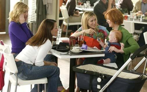 Sarah Jessica Parker con Kristin Davis, Kim Cattrall e Cynthia Nixon in una scena di Sex and the City, episodio Presente perfetto