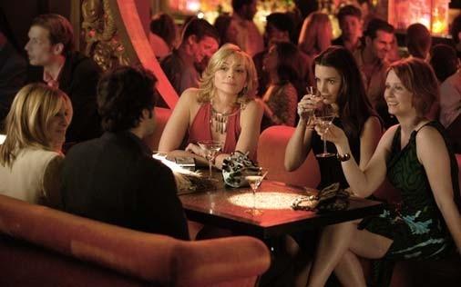 Sarah Jessica Parker, Ron Livingston, Cynthia Nixon, Kim Cattrall e Kristin Davis in una scena di Sex and the City, episodio Il silenzio è d'oro