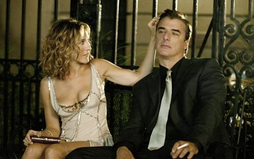 Sarh Jessica Parker e Chris Noth in una scena della serie HBO Sex and the City, episodio Effetto domino