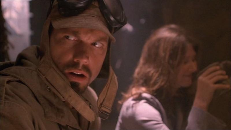 Adam Baldwin e Jewel Staite in una scena di Firefly, episodio La città di Jayne