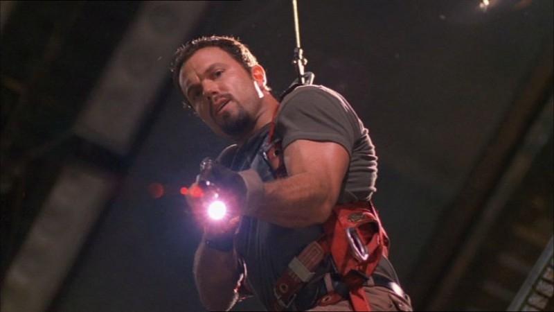 Adam Baldwin in una scena di Firefly, episodio Frontiere selvagge