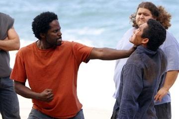 Daniel Dae Kim, Harold Perrineau e Jorge Garcia (sullo sfondo) nell'episodio 'Cambiamenti' di Lost