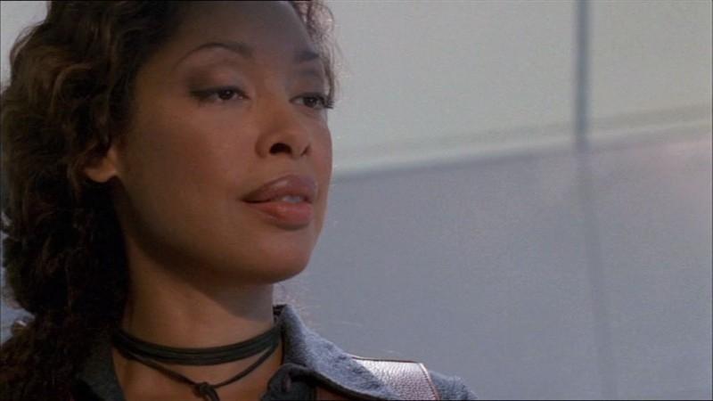Gina Torres in una scena di Firefly, episodio Frontiere selvagge