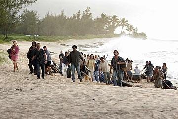 Il gruppo di superstiti sulla spiaggia nell'episodio 'Il mistero della valigetta' di Lost