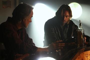 Josh Holloway e John Terry nell'episodio 'Fuorilegge' di Lost