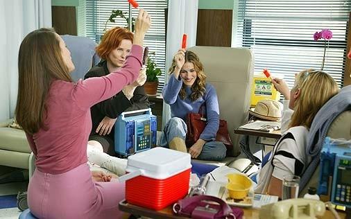 Kim Cattrall, Sarah Jessica Parker, Kristin Davis e Cynthia Nixon in una scena del serial HBO Sex and the City, episodio La dura realtà