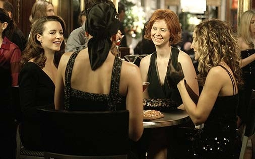 Kim Cattrall accanto a Sarah Jessica Parker, Kristin Davis e Cynthia Nixon in una scena di Sex and the City, episodio La dura realtà
