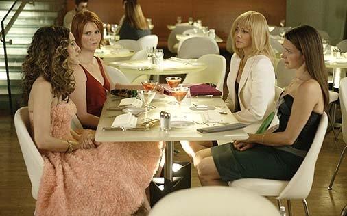 Kim Cattrall, Sarah Jessica Parker, Kristin Davis e Cynthia Nixon in una scena di Sex and the City, episodio Un'americana a Parigi - Prima parte