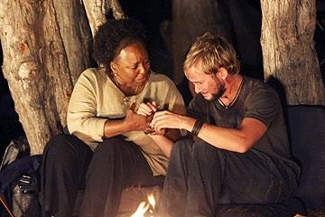 L. Scott Caldwell e Dominic Monaghan nell'episodio 'Il mistero della valigetta' di Lost
