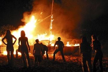 La zattera in fiamme nell'episodio 'Cambiamenti' di Lost