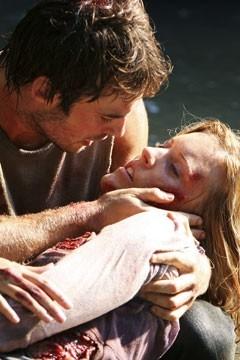 Maggie Grace sorretta da Ian Somerhalder nell'episodio 'Ragione e sentimento' di Lost