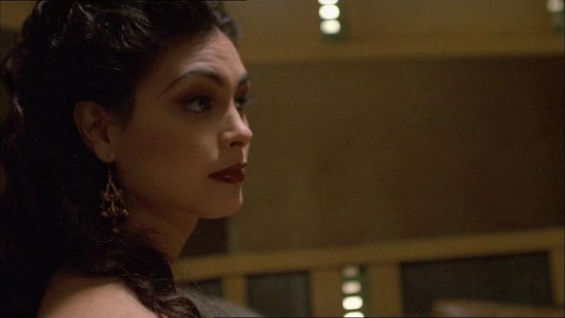 Morena Baccarin in una scena di Firefly, episodio Colpo in ospedale