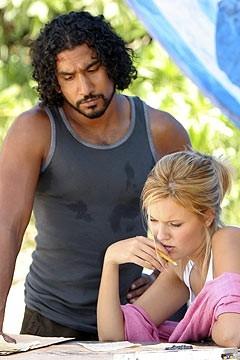 Naveen Andrews con Maggie Grace nell'episodio 'Il mistero della valigetta' di Lost