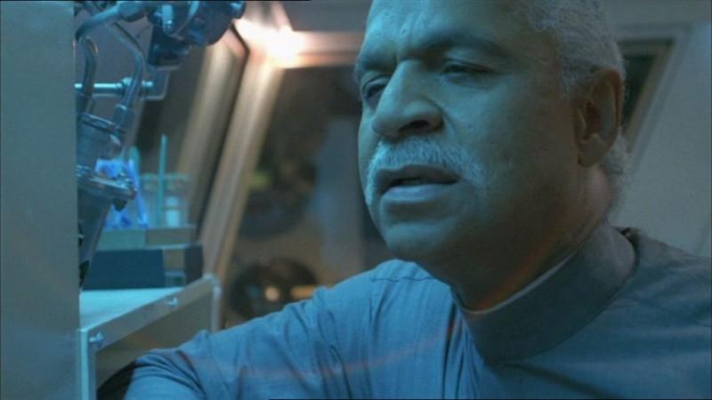 Ron Glass in una scena di Firefly, episodio In azione!