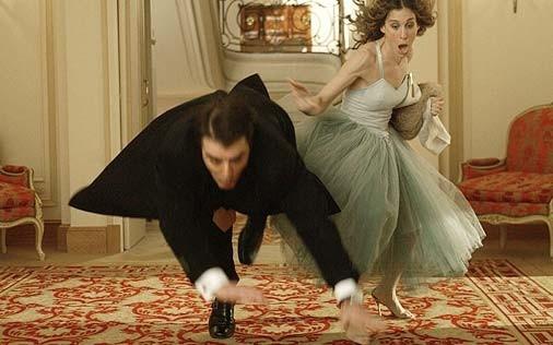 Sarah Jessica Parker accanto a Chris Noth in una scena di Sex and the City, episodio Un'americana a Parigi - Seconda parte