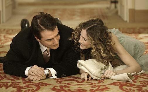 Sarah Jessica Parker con il suo Mr.Big, ovvero Chris Noth in una scena di Sex and the City, episodio Un'americana a Parigi - Seconda parte