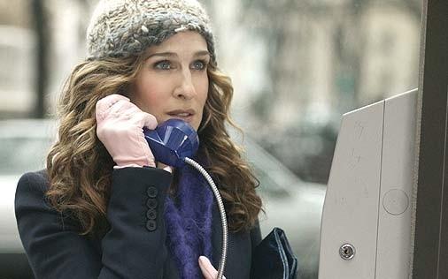 Sarah Jessica Parker al telefono in una scena di Sex and the City, episodio Un'americana a Parigi - Prima parte