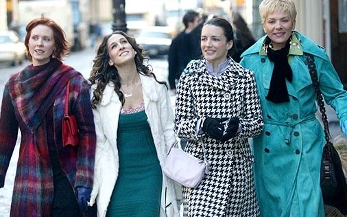 Sarah Jessica Parker, Kim Cattrall, Cynthia Nixon e Kristin Davis in una scena di Sex and the City, episodio Un'americana a Parigi - Seconda parte
