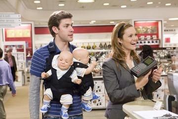 John Krasinski, Mandy Moore e due bambolotti in una scena di Licenza di Matrimonio