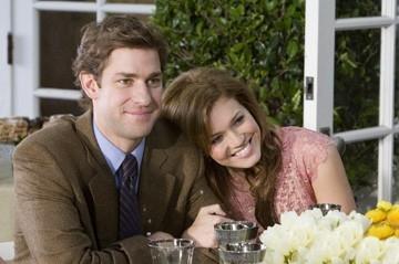 John Krasinski e Mandy Moore in una scena della commedia Licenza di Matrimonio