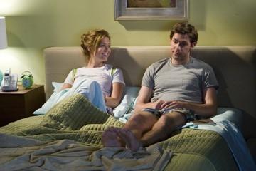 John Krasinski accanto a Mandy Moore in una scena di Licenza di Matrimonio