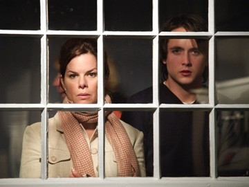 Justin Chatwin e Marcia Gay Harden in una scena di The Invisible