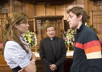 Mandy Moore, John Krasinski e Robin Williams in una scena di Licenza di Matrimonio