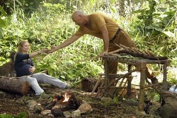 Terry O'Quinn ed Emilie de Ravin nell'episodio 'Numeri' del serial Lost