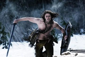 Karl Urban è il guerriero vichingo nel film Pathfinder