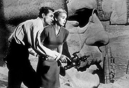 Eva Marie Saint e Cary Grant in una celebre scena di Intrigo Internazionale