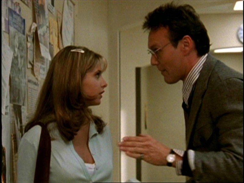 Anthony Head e Sarah Michelle Gellar in una scena di Buffy - L'ammazzavampiri, episodio Benvenuti al college