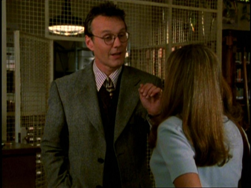 Anthony Head in una scena di Buffy - L'ammazzavampiri, episodio Benvenuti al college