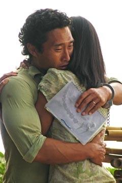 Daniel Dae Kim abbraccia Yunjin Kim nell'episodio 'Esodo: parte 1' di Lost