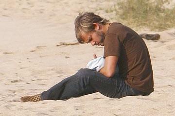 Dominic Monaghan sulla spiaggia nell'episodio 'Il bene superiore' di Lost