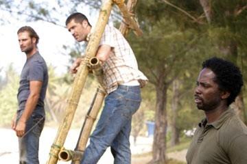 Harold Perrineau, Matthew Fox e Josh Holloway nell'episodio 'In fuga' di Lost