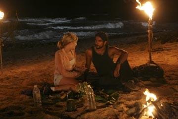 Maggie Grace parla con Naveen Andrews nell'episodio 'Non nuovere' di Lost
