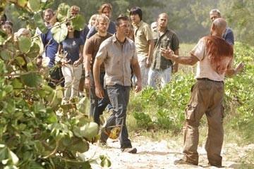 Matthew Fox, Dominic Monaghan, Terry O'Quinn ed altri del cast nell'episodio 'Il bene superiore' di Lost