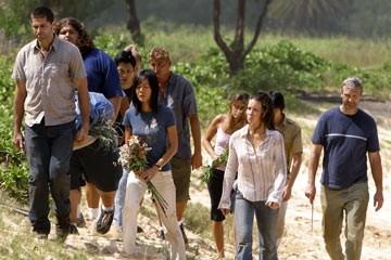 Matthew Fox, Evangeline Lilly, Yunjin Kim ed altri del cast nell'episodio 'Il bene superiore' di Lost