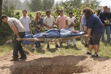 Matthew Fox, Jorge Garcia ed altri del cast di Lost nell'episodio 'Il bene superiore'