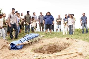 Matthew Fox, Jorge Garcia ed altri del cast nell'episodio 'Il bene superiore' di Lost