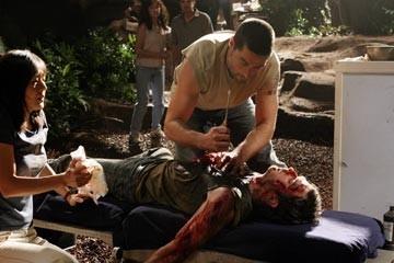 Matthew Fox, Yunjin Kim e Ian Somerhalder nell'episodio 'Non nuocere' di Lost, prima stagione