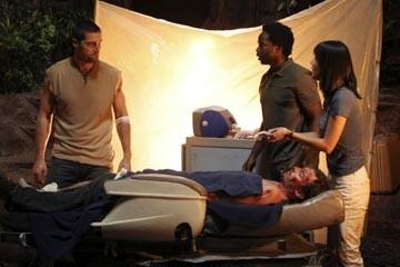 Matthew Fox, Yunjin Kim ed Harold Perrineau nell'episodio 'Non nuovere' di Lost