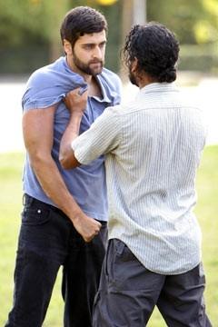 Naveen Andrews con Donnie Keshawarz nell'episodio 'Il bene superiore' di Lost