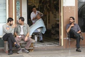 Naveen Andrews e Donnie Keshawarz nell'episodio 'Il bene superiore' del serial Lost