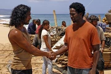 Naveen Andrews stringe la mano a Harold Perrineau nell'episodio 'Esodo: parte 1' di Lost