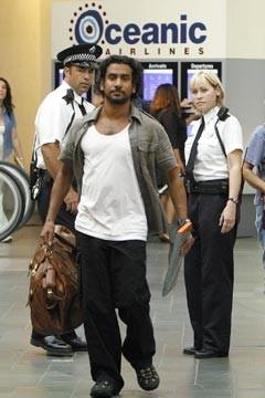 Naveen Andrews in aeroporto nell'episodio 'Esodo: parte 2' di Lost