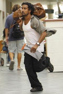 Naveen Andrews corre nell'episodio 'Esodo: parte 2' di Lost